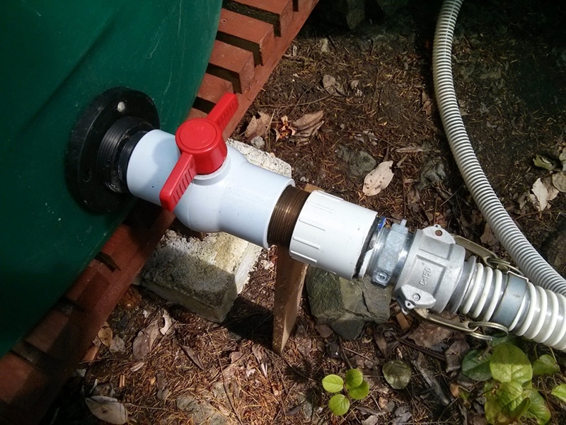 From each tank there is a plastic ball valve with red on/off cock. The suction hose (right) is connected to an adaptor using camlock clamps which can be opened by hand.